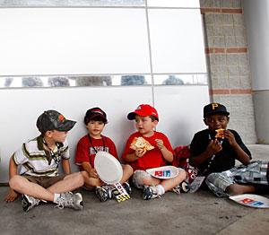 Un grupo de niños comiendo. (Foto: Getty Images   AFP)