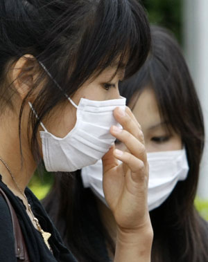 Chicas con mascarilla en Japón. (Foto: Reuters)