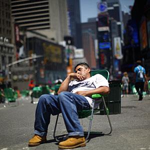 Un hombre duerme en una silla en Broadway, Nueva York. (Foto: Eric Thayer | Reuters)