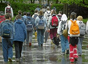 Varios escolares salen de clase. (Foto: Iñaki Andrés)