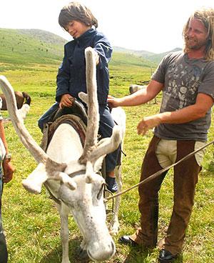 A Rowan no sólo le gustan los caballos, con su padre montando en reno (Foto: Justin Hennard)