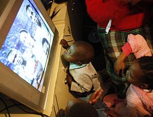 Dos niños ven un partido de fútbol en la televisión. (Foto: Denis Farrel   AP)
