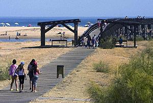 Vista de la playa cercana al recinto ferial de Isla Cristina. (Foto: EFE)