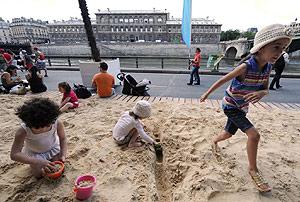 Varios niños juegan en una playa artificial en París. (Foto: AFP)