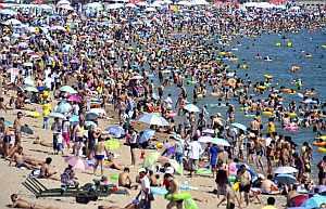 La playa, un lugar muy propicio para el golpe de calor. (Foto: EFE | Wu Hong)