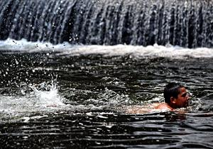 Un niño se refresca nadando. (Foto: AFP   Dimitar Dilkoff)