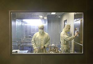 Dos hombres trabajan en la vacuna de la gripe A. (Foto: Reuters)