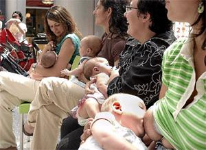 Concentración de mujeres a favor de la lactancia (Foto: El Mundo)