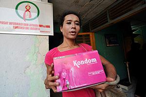 Melly, una activista, sale con una caja de condones de una clínica de Yakarta. (Afp)