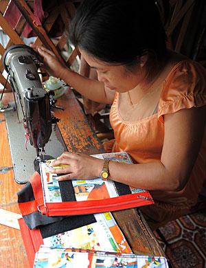 Una mujer con VIH cose en Camboya. (Foto: Afp)