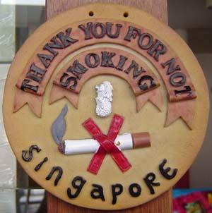 Cartel que agradece a los turistas cumplir la probibición de fumar en Singapur (Foto: EFE)