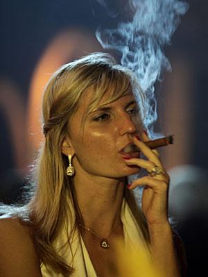Una mujer fumando un puro. (Foto: Javier Galeano | AP)