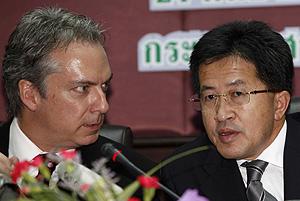 El embajador de EEUU en Tailandia y el ministro tailandés de Salud en la presentación de los resultados (Foto: Reuters | Chaiwat Subprasom)