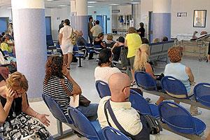 Pacientes en la sala de espera de Urgencias del Hospital Clínico de Málaga. (Foto: El Mundo)