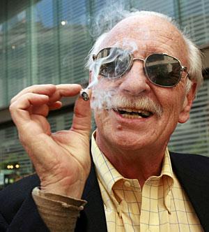 Un asistente a la conveción anual de la Organización Nacional para la Reforma de las Leyes de la Marihuana de EEUU fuma un porro. (Foto: Robert Galbraith | Reuters)