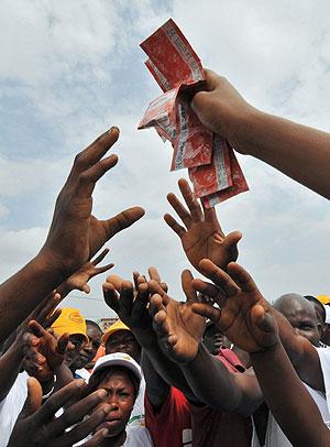 Reparto de preservativos en Costa de Marfil. (Foto: Afp)