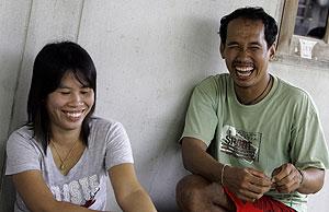 Dos de los voluntarios que han participado en los ensayos de la vacuna. (Foto: Ap)