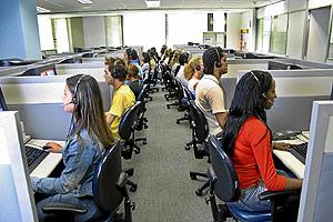 Varios operadores trabajan en una oficina. (Foto: EL MUNDO)