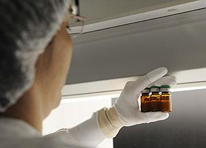 Un trabajador supervisa el llenado de los viales de una vacuna contra la gripe. (Foto: Horacio Villalobos | EFE)