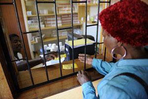 Una mujer recibe el tratamiento antirretroviral en Suazilandia. (Foto: Afp)