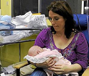 Cristina, con su hija Patricia, en el 12 Octubre. (Foto: Bernardo Díaz)