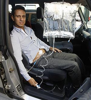 Gustavo muestra cómo se dializaba en el coche (Foto: Benito Pajares)