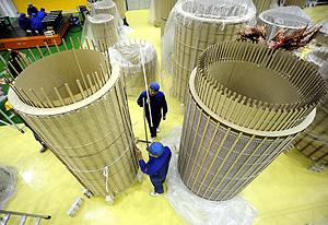 Dos operarios trabajan en una fábrica china (Foto: EFE | Yi Fan)