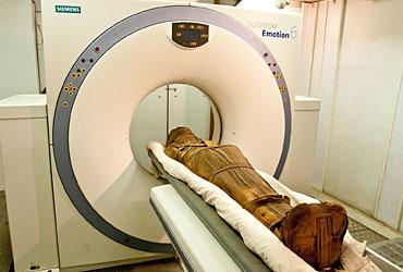 La momia de Esankh bajo el escáner. (Foto: UC San Diego)