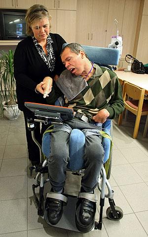 Rom Houbens recibe ayuda de una asistente. (Foto: Reuters)