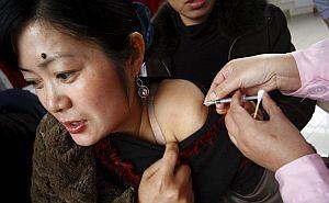 Una mujer china recibe la vacuna de la gripe A. (Foto: Efe/Zhong Min)