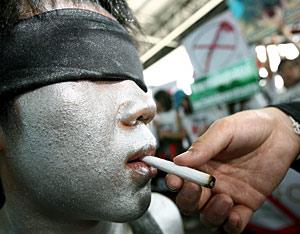 Uno de los participantes en la manifestación contra la feria asiática del tabaco.| Efe/N. Sangnak