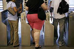 Personas con sobrepeso en el metro. (Foto: REUTERS)