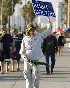 Un hombre anuncia cannabis con fines médicos. (Foto: Reuters)