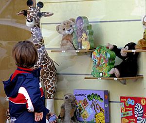 Un niño observa varios de los juguetes que se exponen en un escaparate. (Foto: Kai Försterling | EFE)