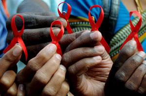 Lazos rojos, símbolo de la lucha contra el sida. (Foto: Efe)