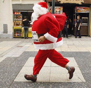 Un Santa Claus participa en una carrera. (Foto: Reuters)