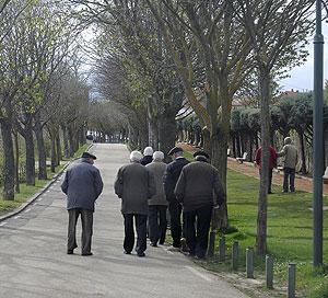Un grupo de ancianos pasea por un parque. (Foto: EFE)