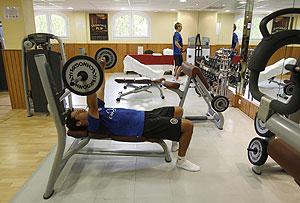 Entrenamiento con pesas en un gimnasio. (Foto: Alberto Di Lolli)