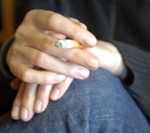 Una mujer apura un cigarrillo. (Foto: Carlos Arranz)