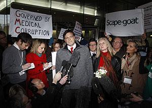 El doctor Andrew Wakefield, después de conocer la conclusión del GMC. (Foto: Reuters)