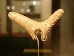 Pieza fálica doble encontrada en el yacimiento de Gorge d'Enfer, en Francia. (Foto: Javier Angulo)
