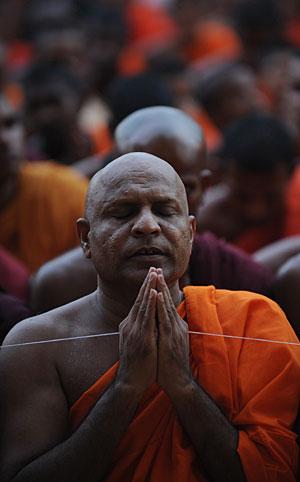 Monje budista rezando. (Foto: AFP | Ishara S. Kodikara)
