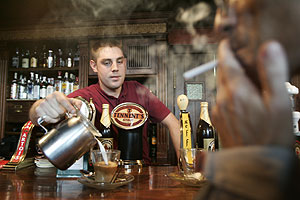 Un camarero sirve café a un cliente. (Foto: Ricardo Cases)