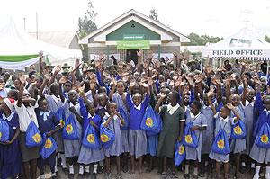 Varias niñas muestran los kits higiénicos que reparte Huru International en Kenia (Foto: H. I.)