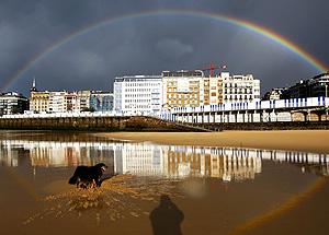 Un arcoiris sobre la playa de La Concha, San Sebastián (Foto: EFE | Javier Etxezarreta)