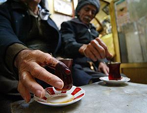 Dos hombres iraquíes se toman un té (Foto: AFP | Safin Hamed)