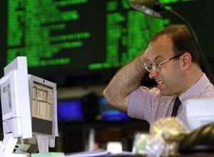 Un broker comprueba la cotización del euro. (Foto: AP)