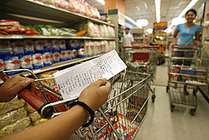Una persona consulta su lista de la compra. (Foto: Cheryl Ravelo | Reuters)