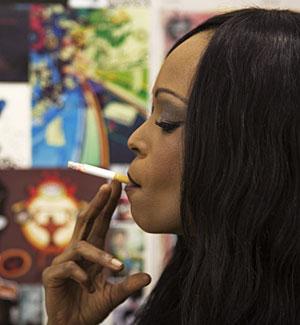 Una mujer fumando un cigarrillo. (Foto: Finbarr O'Reilly | Reuters)