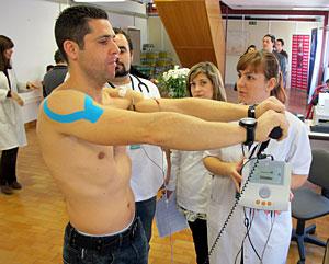 Un paciente del Centro de Atención al Costalero de Granada. (Foto: EFE | Miguel Angel Molina)